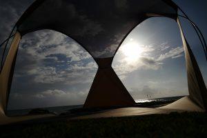 逆光、日差し避けイメージ